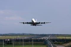 Linee aeree Airbus A380 degli emirati che takeing fuori. Fotografia Stock Libera da Diritti