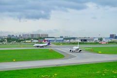 Linee aeree Airbus A320-214 di Aeroflot ed aerei di Airbus A319-112 di linee aeree di Rossiya nell'aeroporto internazionale di Pu Immagine Stock