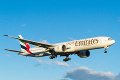 Linee aeree Boeing 777 degli emirati in volo Fotografie Stock Libere da Diritti