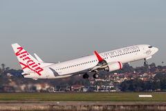 Linee aeree Boeing dell'Australia del vergine 737-800 aerei che decollano da Sydney Airport Immagini Stock Libere da Diritti