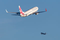 Linee aeree Boeing dell'Australia del vergine 737-800 aerei Sydney Airport di partenza fotografia stock
