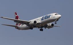 Linee aeree Boeing dell'Utair-Ucraina 737-800 aerei sui precedenti del cielo blu Fotografia Stock Libera da Diritti