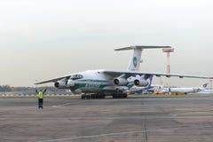 Linee aeree dell'aeroplano IL-76TD Alrosa del carico Immagini Stock