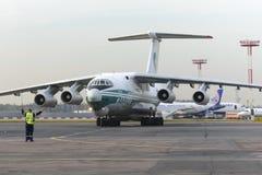 Linee aeree dell'aeroplano IL-76TD Alrosa del carico Fotografia Stock Libera da Diritti