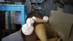 Linee automatiche del trasportatore per la produzione del gelato video d archivio