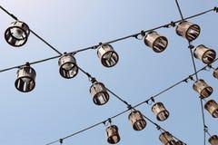 Linee decorative di lampade di via contro il cielo blu Fotografie Stock Libere da Diritti