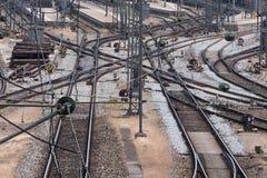 Linee del binario ferroviario fuori di una stazione ferroviaria Fotografia Stock Libera da Diritti