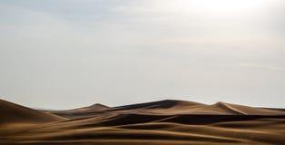Linee della duna del deserto arabo con il fondo delle ombre Fotografia Stock Libera da Diritti