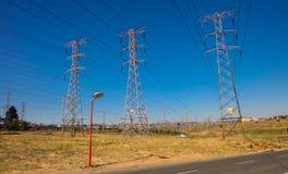 Linee di Electric Power a Soweto urbana Sudafrica Immagini Stock