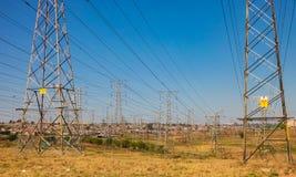 Linee di Electric Power a Soweto urbana Sudafrica Fotografia Stock