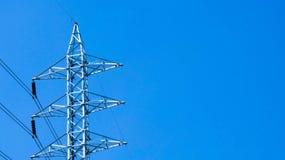Linee di energia elettrica su cielo blu Fotografie Stock Libere da Diritti