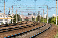 Linee di ferrovia attraverso la città Immagini Stock