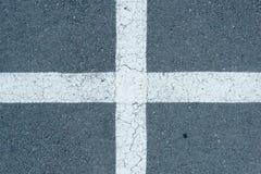 Linee di parcheggio bianche sul fondo grigio della carreggiata Fotografia Stock Libera da Diritti