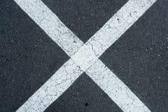 Linee di parcheggio bianche sul fondo grigio della carreggiata Immagine Stock Libera da Diritti