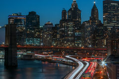 Linee di traffico di notte in Manhattan e ponte di Brooklyn, New York Fotografia Stock