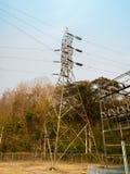 Linee di trasmissione ad alta tensione di elettricità Fotografie Stock Libere da Diritti