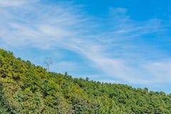 Linee di trasmissione sopraelevate sulle alte montagne immagine stock