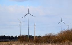 Linee e generatori eolici dell'alimentazione elettrica in Lettonia Immagini Stock Libere da Diritti
