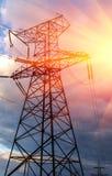 Linee elettriche ad alta tensione al tramonto Immagine Stock