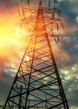 Linee elettriche ad alta tensione al tramonto Immagini Stock