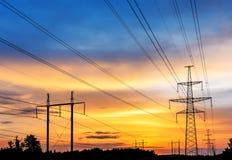 Linee elettriche ad alta tensione al tramonto Fotografie Stock