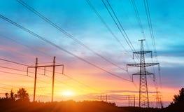 Linee elettriche ad alta tensione al tramonto Immagine Stock Libera da Diritti