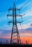 Linee elettriche ad alta tensione al tramonto Stazione di distribuzione di elettricità Fotografie Stock Libere da Diritti
