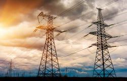 Linee elettriche ad alta tensione al tramonto Stazione di distribuzione di elettricità Fotografia Stock