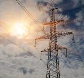 Linee elettriche ad alta tensione al tramonto Stazione di distribuzione di elettricità Torre elettrica ad alta tensione della tra Immagini Stock Libere da Diritti