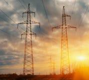 Linee elettriche ad alta tensione al tramonto Stazione di distribuzione di elettricità Torre elettrica ad alta tensione della tra Immagine Stock Libera da Diritti