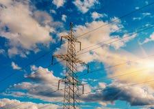 Linee elettriche ad alta tensione al tramonto Stazione di distribuzione di elettricità Torre elettrica ad alta tensione della tra Fotografia Stock