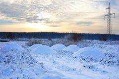Linee elettriche ad alta tensione ad alba in un inverno Bella immagine di inverno landscape Fotografie Stock Libere da Diritti
