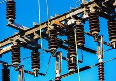 Linee elettriche ad alta tensione alla stazione di distribuzione di elettricità immagini stock