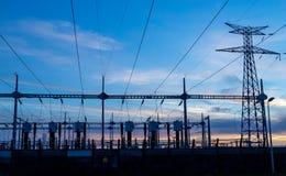 Linee elettriche ad alta tensione alla stazione di distribuzione di elettricità fotografia stock libera da diritti