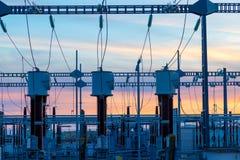 Linee elettriche ad alta tensione alla stazione di distribuzione di elettricità fotografie stock libere da diritti
