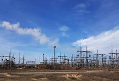 Linee elettriche ad alta tensione alle nuvole di tempesta Immagine Stock Libera da Diritti