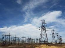 Linee elettriche ad alta tensione alle nuvole di tempesta Fotografia Stock Libera da Diritti