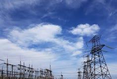 Linee elettriche ad alta tensione alle nuvole di tempesta Immagini Stock