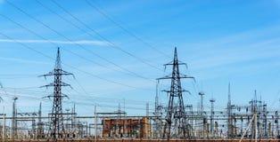 Linee elettriche ad alta tensione a cielo blu Stazione di distribuzione di elettricità alto volume Fotografia Stock Libera da Diritti