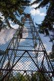 Linee elettriche ad alta tensione di elettricità torre Immagine Stock