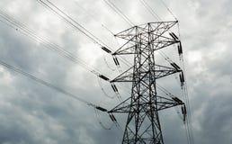 Linee elettriche ad alta tensione di elettricità torre Immagini Stock Libere da Diritti