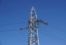 Linee elettriche ad alta tensione Distribuzione di elettricità Torre elettrica ad alta tensione della trasmissione Fotografia Stock