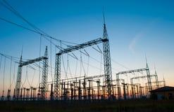 Linee elettriche ad alta tensione durante il tramonto Fotografia Stock Libera da Diritti