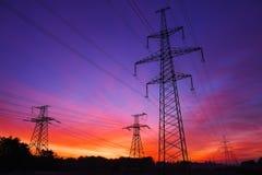 Linee elettriche ad alta tensione durante l'alba Immagine Stock Libera da Diritti