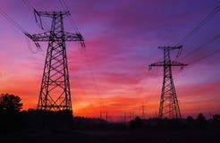 Linee elettriche ad alta tensione durante l'alba Fotografie Stock