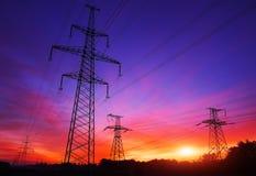 Linee elettriche ad alta tensione durante l'alba Fotografie Stock Libere da Diritti