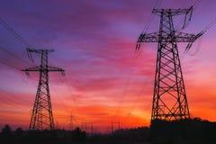 Linee elettriche ad alta tensione durante l'alba Fotografia Stock Libera da Diritti