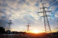 Linee elettriche ad alta tensione durante l'alba Immagini Stock