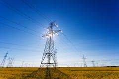 Linee elettriche ad alta tensione lampadina Immagini Stock Libere da Diritti