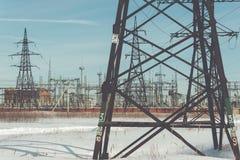 Linee elettriche ad alta tensione Stazione di distribuzione di elettricità Immagini Stock Libere da Diritti